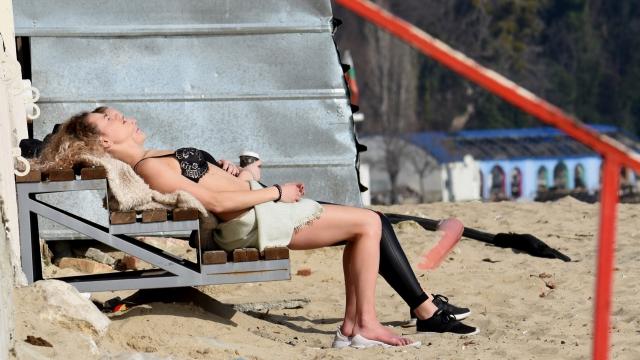 На 2 февруари варненки откриха плажния сезон (снимки)