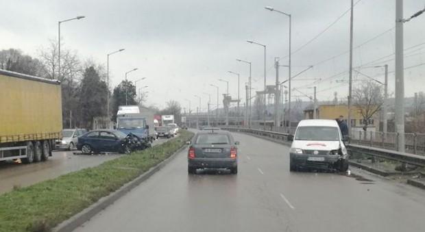 Катастрофа предизвика задръстване и на Крайезерния път