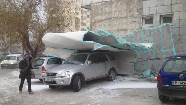 Силният вятър събори изолация на блок снимки)