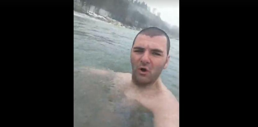Варненец влезе в морето при -10 градуса (видео)