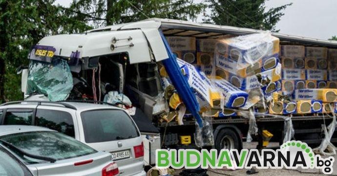 Камион предизвика катастрофа