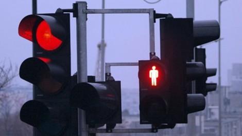 Регулировчици вместо светофар на кръстовището до басейните