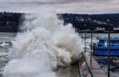 Огромни вълни заливат варненския плаж (видео)
