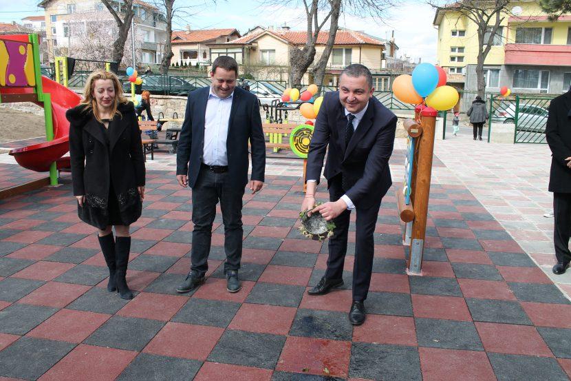 Детска площадка и спортно игрище откриха в Галата (видео)