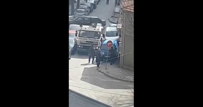 Мъже се опитаха да преместят автомобил с ръце, за да премине пътна помощ, утре може да е линейка