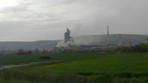 Силно задимяване е забелязано в района на циментовия завод