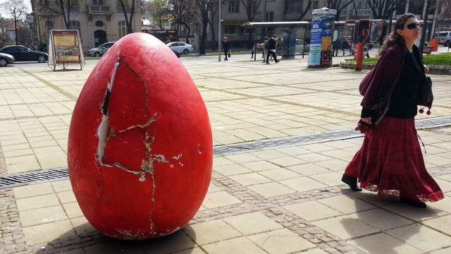 Счупиха огромното великденското яйце пред сградата на Oбщината