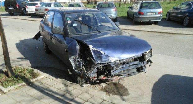 Пиян шофьор помете 3 коли и офейка, но си заряза смачканото возило