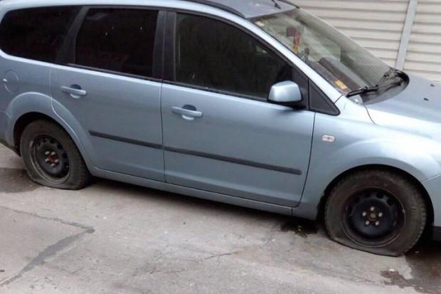 Вандал наряза гумите на 11 коли