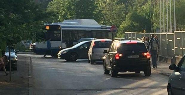 """Катастрофа между автобус и кола блокира ул. """"Подвис"""""""