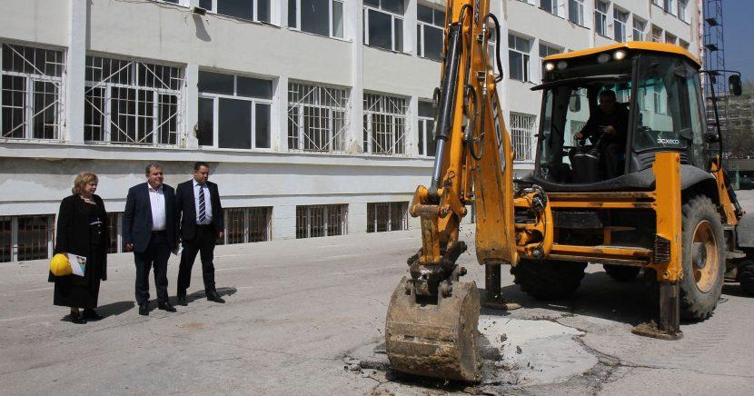 Ремонтират още две училища