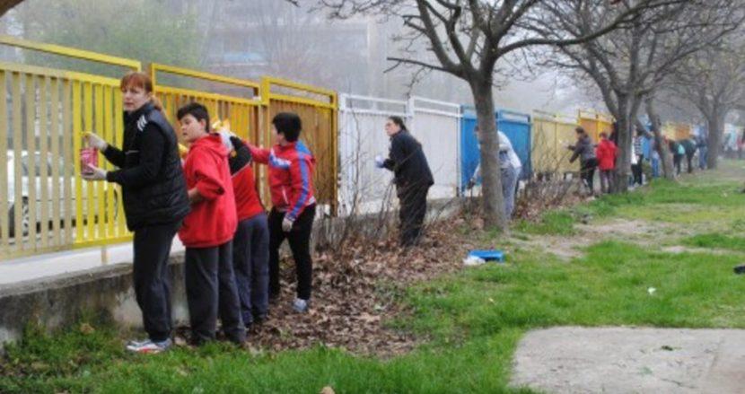 Деца и родители боядисаха ограда на варненско училище