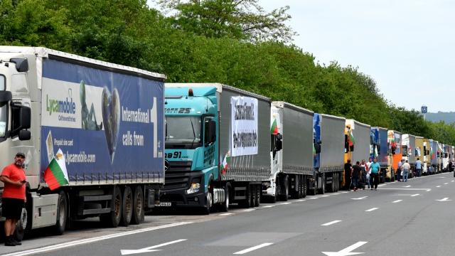 """Варненските превозвачи излязоха на протест срещу закона """"Макрон"""""""