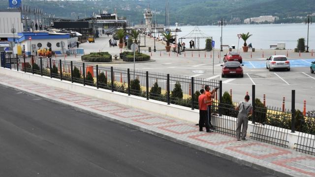 Новата ограда край зоната за отдих на Морска гара е почти готова