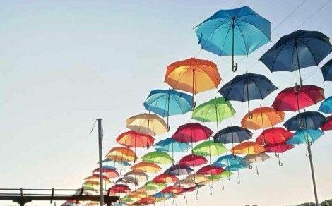 Цветни чадъри красят крайезерната алея в Белослав