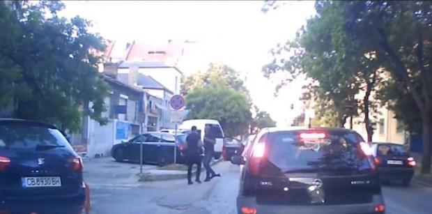 Шофьори се бият до Окръжна болница (видео)