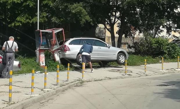 """Кола излетя от пътя в """"Трошево"""""""