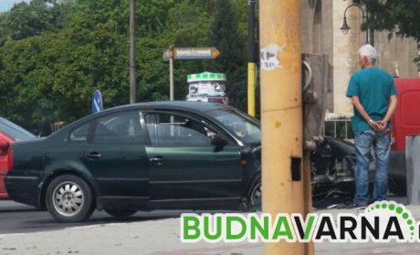 Млад варненец се потроши след като се блъсна в стълб във Варна