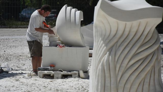 Петима творци ваят море от камък в курорта Св. св. Константин и Елена