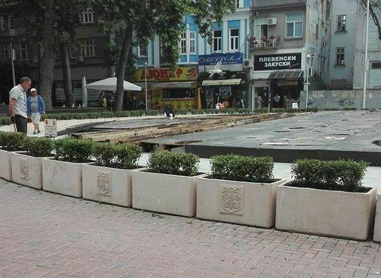 Започна демонтажа на плоскостите върху градският фонтан