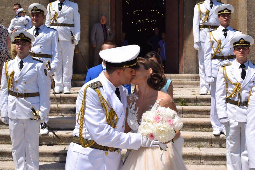 """Морски офицери си казаха """"Да"""" с впечатляващ ритуал (видео)"""