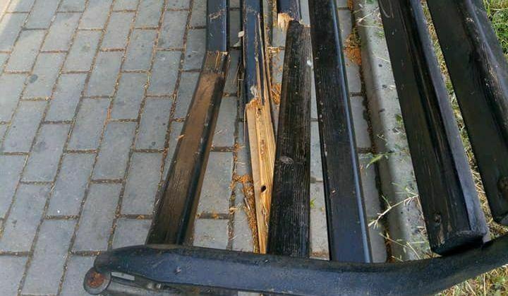 Вандали потрошиха пейка в центъра