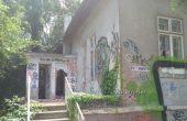Потрошиха прозорци и врати в къщата на Антон Новак в Морската градина (снимки)