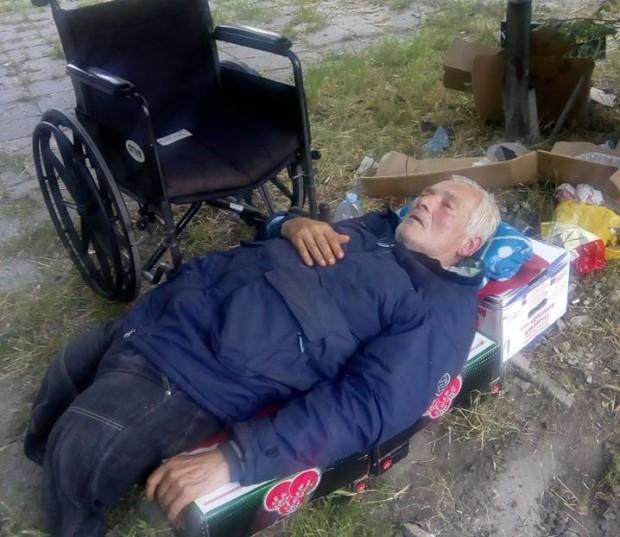 Безпомощен инвалид спи върху кашони под открито небе, нуждае се от помощ!