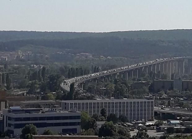 """""""Малък"""" ремонт по Аспарухов мост предизвика големи задръствания"""