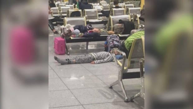 Десетки пътници спаха на варненското летище заради отменен чартър за Норвегия