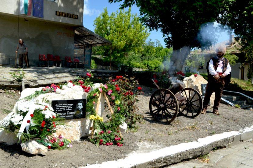 Паметна плоча на Ботев откриха в община Вълчи дол