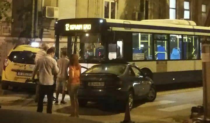 """19-годишна с """"Тойота"""" забърка тежка катастрофа с такси и автобус"""