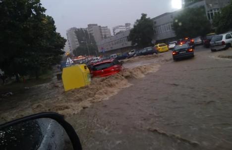 Ремонтите по бул. Левски продължават въпреки дъждовете