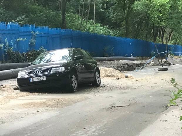 Кола потъна в изкоп до Морско училище