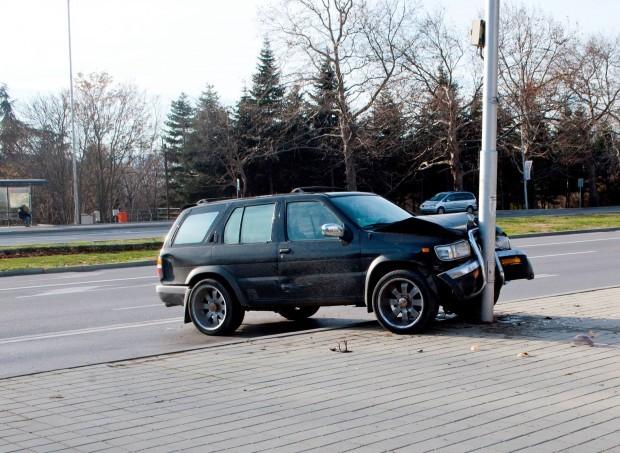 """18-годишен заби кола в стълб на бул. """"Трети март"""""""