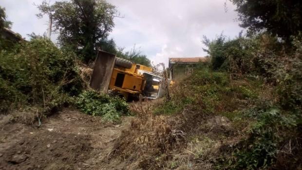 Читател на Будна Варна: Багер се обърна на строителен обект