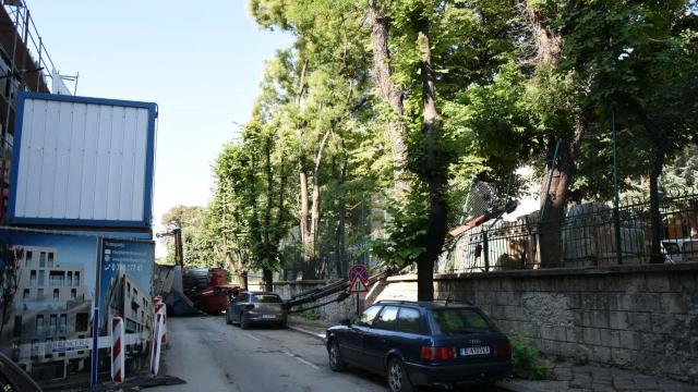 Кран падна върху оградата на Музикалното училище (снимки)