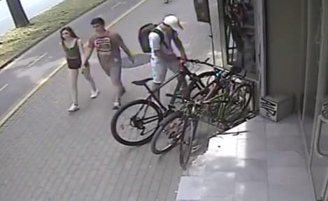 Мъж открадна велосипед посред бял ден пред магазин (видео)