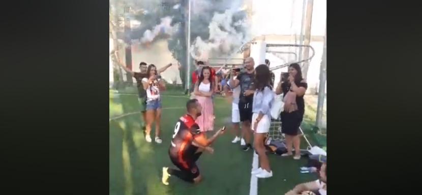 Уникално предложение за брак на мини футболен мач (видео)