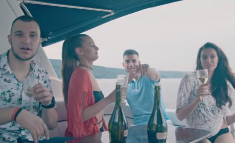 Атанас Колев с нова песен, клипа е сниман на яхта с миски (видео)