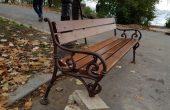 Разпръснати и изпочупени пейки в Морската градина (снимки)