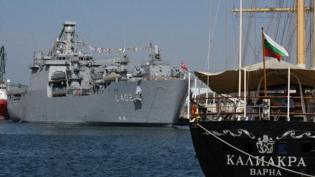 Турски военен кораб акостира във Варненския залив