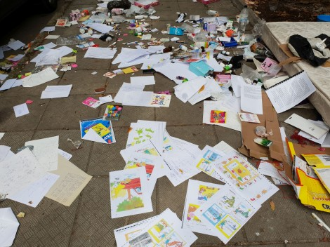Разпилени ученически материали и лекарства в центъра (снимки)