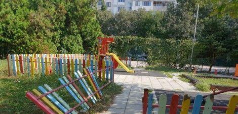 Вандали изкъртиха оградата на детска площадка