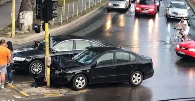 Автомобил се заби в светофар