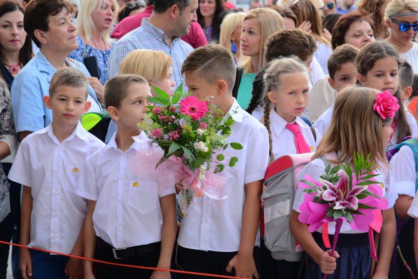 60 000 първокласници тръгнаха на училище днес