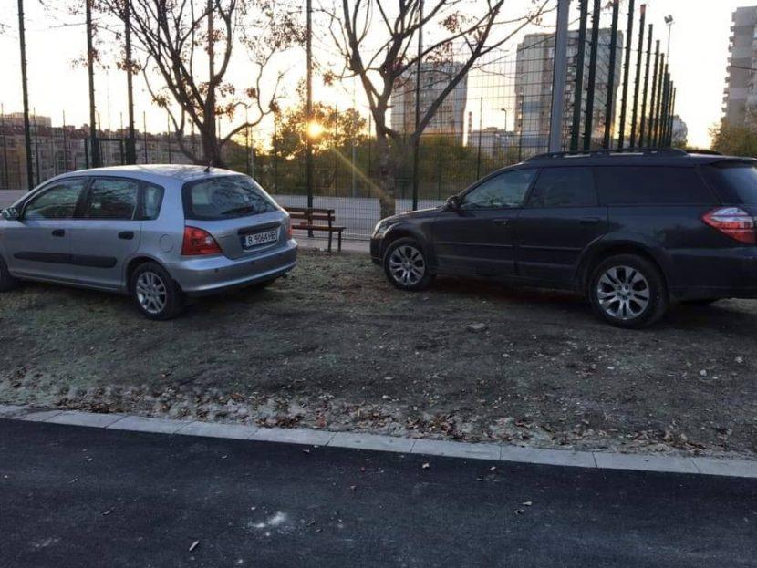 Манталитет по варненски, превърнаха в паркинг тревните площи до новия парк във Възраждане (снимки)
