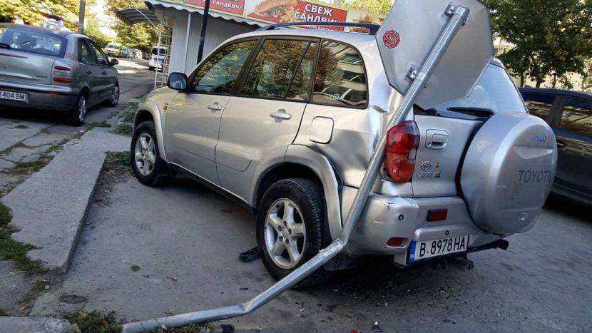 Варненец помля няколко коли с джипа си и се спря в пътен знак