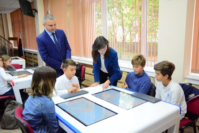 Иван Портних и еврокомисарят Мария Габриел посетиха Математическата гимназия