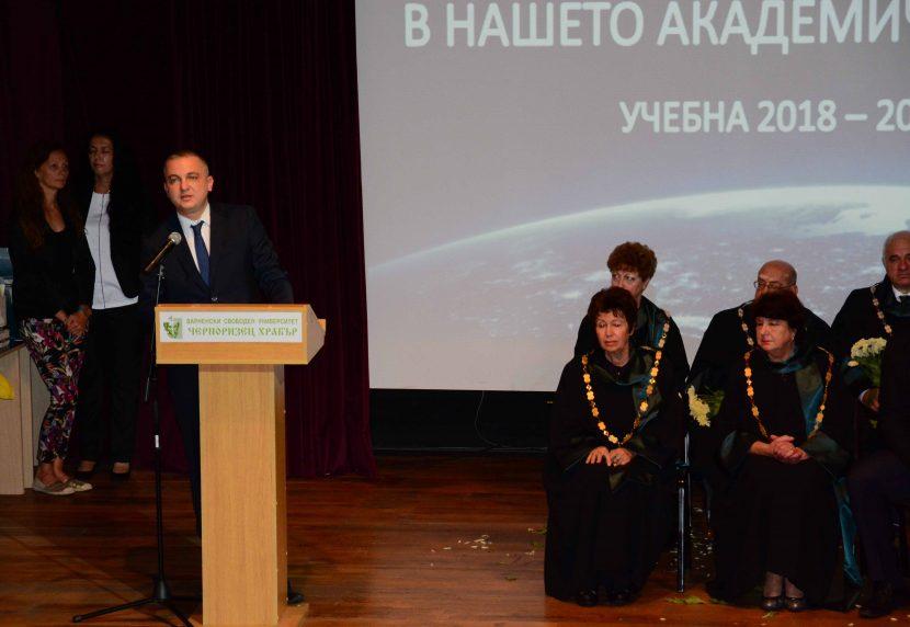 Иван Портних поздрави студентите при откриването на академичната година във ВСУ